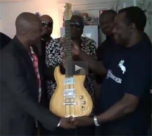 Vidéo : Remise de guitare de MANUAKU Waku Pépé Felly, le pape de la guitare