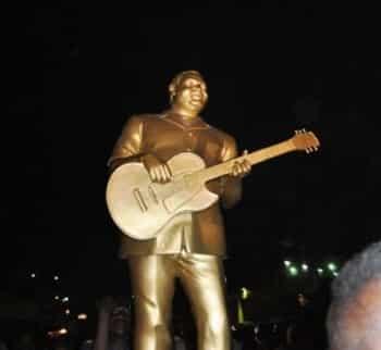 LUAMBO MAKIADI immortalisé sur la place des artistes
