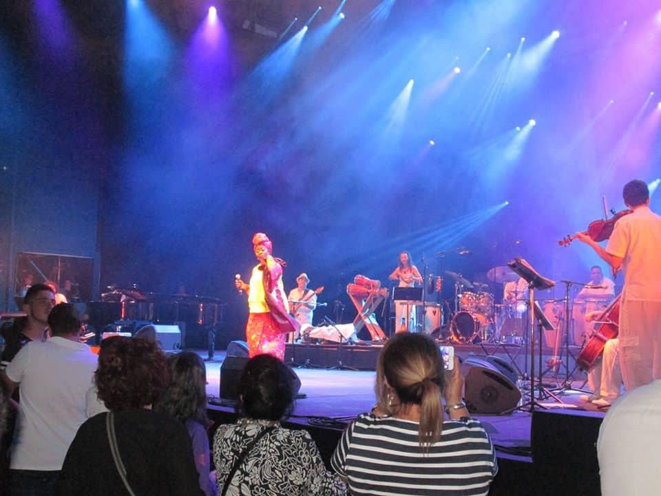 Faya Tess sur scène à Lyon avec un orchestre cubain (Photo,3 juillet 2016, Air Monde Culture/André Tetu): «Nuit de la Rumba»